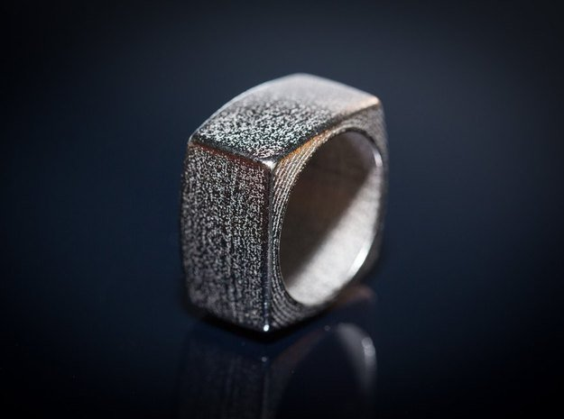 The Minimal Ring in Polished Nickel Steel