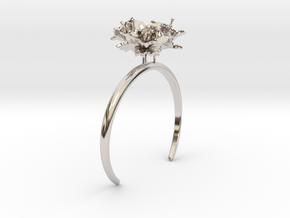 Potato bracelet with three small flowers in Rhodium Plated Brass: Medium