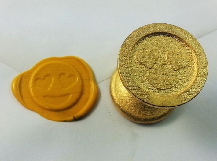 Smiley With Hearts Seal 3d printed Smiley With Hearts Eyes Emoji Seal in Polished Gold Steel