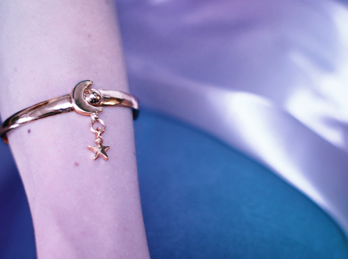 ANDROMEDA ARM CUFF 3d printed THE WEARER WILL CHARM EVERY PERSON THEY MESSAGE, MAKING GHOSTING IMPOSSIBLE.