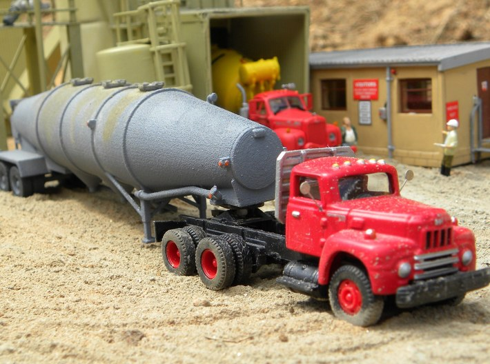 HO 1/87 Dry Bulk Trailer 16 Fruehauf  3d printed Randy Hoppe's model on a diorama. The cab seems to be a good match for the 1960's era.