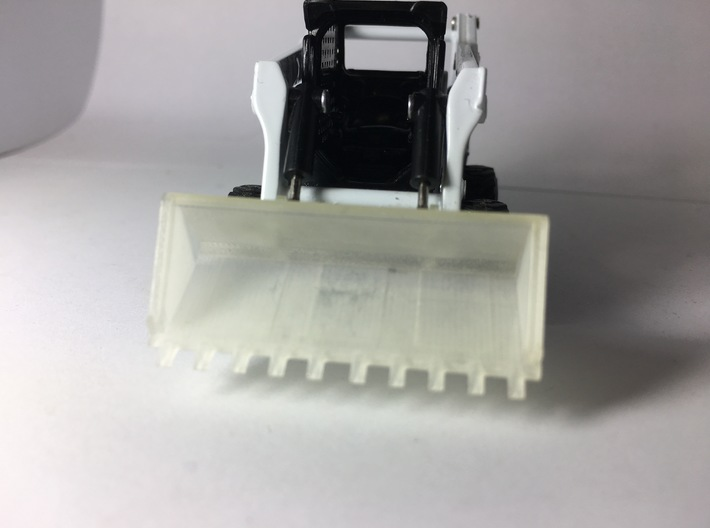 "1:50 80"" Tooth bucket for Bobcat S750 3d printed Showing the teeth and step details."