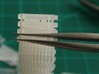50 pezzi Staccionata FS 3d printed Separare i pali con una pinzetta: 1) con la pinzetta  stringere tutto il paletto. 2) avvitando la pinzetta il paletto si separerá.